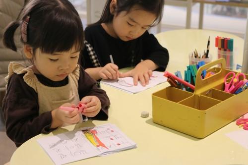 현대어린이책미술관에서 그림책 만들기 체험 프로그램에 참여한 어린이 모습 출처=현대백화점