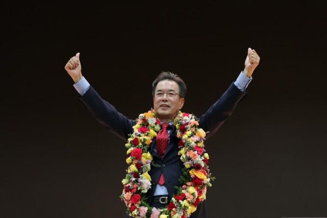 이성희 전 낙생농협 조합장이 24대 농협중앙회장 당선된 후 두 팔을 들어 기쁨을 표하고 있다.