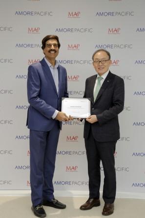 배동현 아모레퍼시픽그룹 대표이사(사진 오른쪽)와 샤르마 MAP 그룹 CEO가 비즈니스 파트너십 체결식에서 기념사진을 촬영하고 있다. 출처=아모레퍼시픽