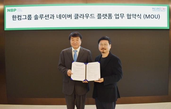 김상철 한컴그룹 회장(왼쪽)과 박원기 네이버 비즈니스 플랫폼 대표가 5일 클라우드 사업 확대를 위한 업무협약을 맺은 후 기념 촬영을 하고 있다.