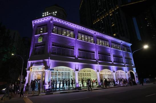 7일(현지시각) SPC그룹이 문을 연 쉐이크쉑 싱가포르 2호점 '닐로드점'에 고객들이 길게 줄을 지어 입장을 기다리고 있다. 출처=SPC그룹