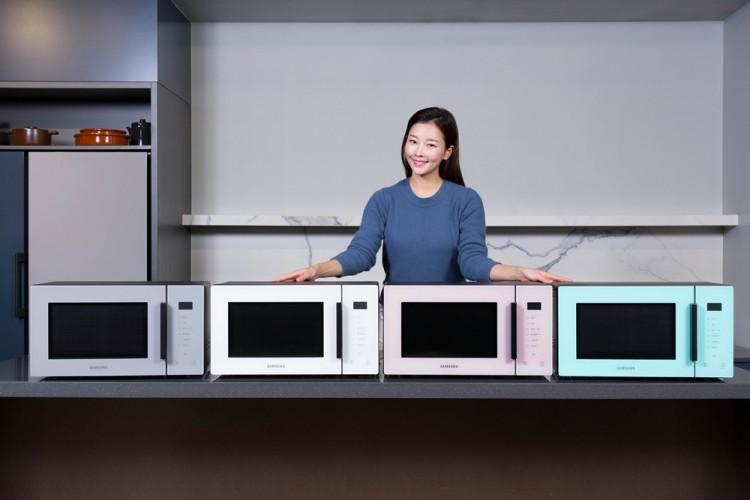 삼성전자 모델이 전자레인지 신제품을 소개하고 있다. [사진=삼성전자]