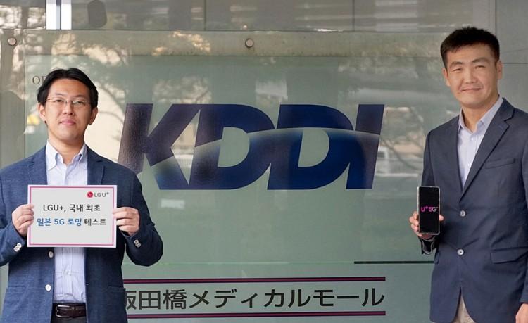 일본 통신사인 KDDI 관계자가 LG유플러스 5G 로밍 테스트를 하고 있다. [사진=LG유플러스]