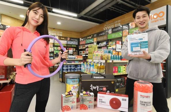 모델들이 11일 서울 등촌동 홈플러스 강서점에서 '전 국민 건강UP 프로젝트' 기획전 상품을 선보이고 있다. 출처=홈플러스