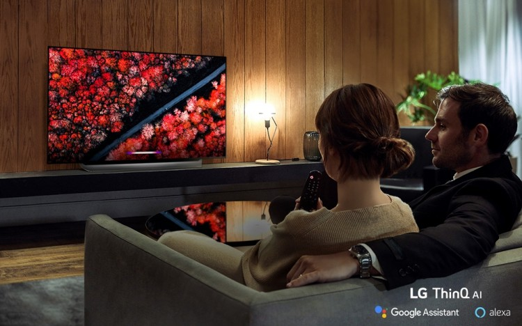 모델들이 LG 올레드 TV(C9)를 즐기고 있다. [사진=LG전자]