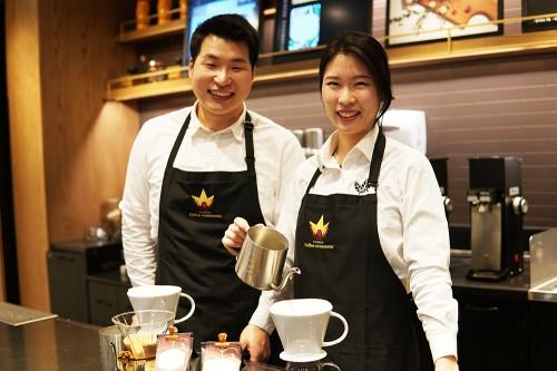 2020년도 스타벅스 커피대사로 선발된 (왼쪽)윤병권 커피대사와 김유림 커피대사 출처=스타벅스