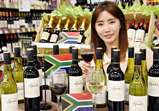 12일 홈플러스 강서점에서 모델들이 '스피어 와인즈' 시그니처 와인 2종을 선보이고 있다. 출처=홈플러스