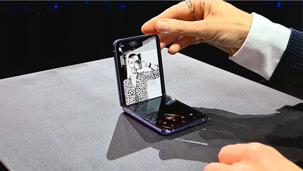 갤럭시 Z플립은 화면을 분할해 사용할 수 있고, 서로 다른 앱을 동시 실행도 가능하다. [사진=삼성전자]
