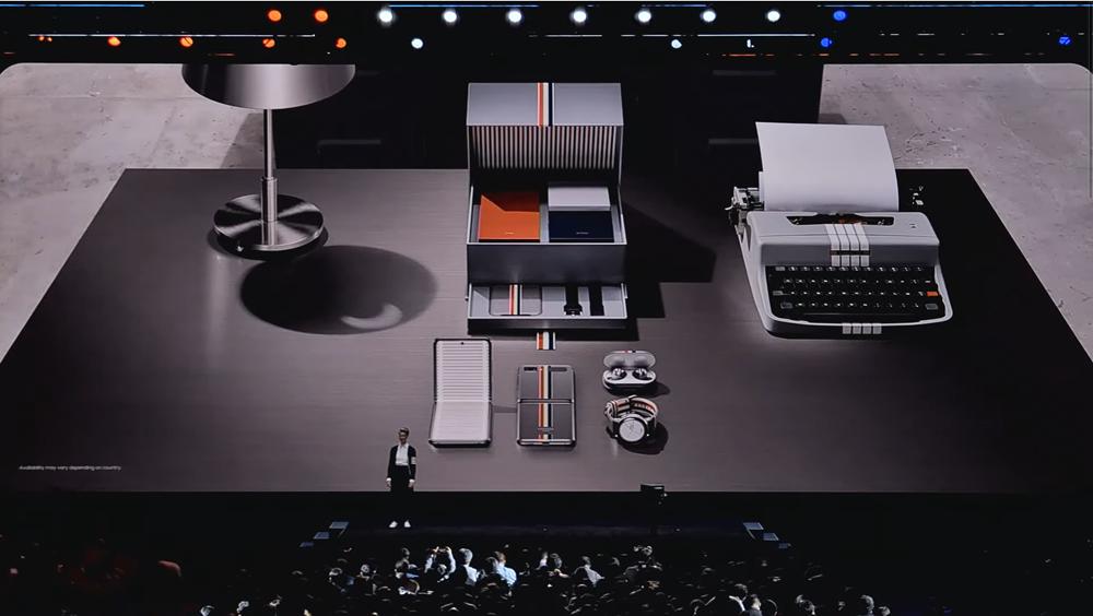 갤럭시 언팩 2020 현장에서 갤럭시 Z플립 톰브라운 에디션이 소개되고 있다. [사진=삼성전자]
