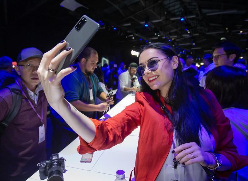 현지시간 11일 미국 샌프란시스코에서 진행된 '삼성 갤럭시 언팩 2020'에 마련된 제품 체험존에서 방문객이 갤럭시 S20을 체험하고 있다. [사진=삼성전자]
