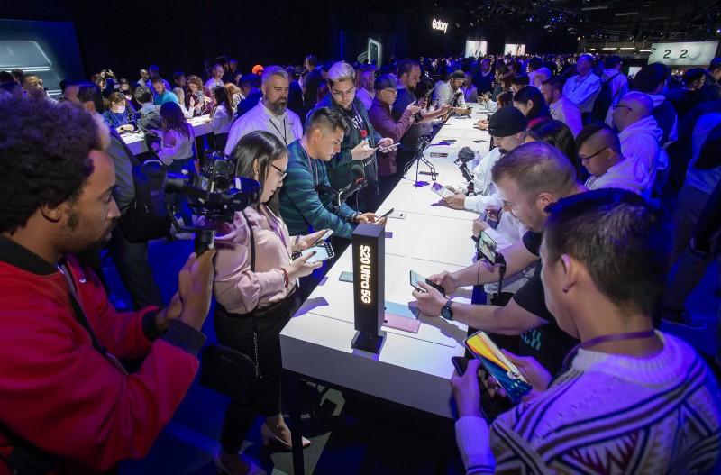 갤럭시 언팩 2020 방문객들이 11일(현지시간) 삼성전자 신제품 '갤럭시 S20 울트라'를 체험하고 있다. [사진=삼성전자]
