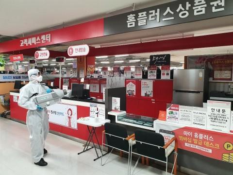 홈플러스 서귀포점 고객센터에서 방역을 진행하고 있다. 출처=홈플러스