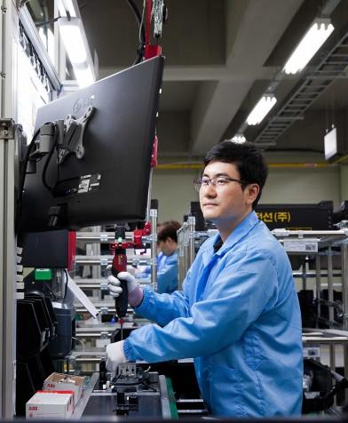 LS EV 코리아 직원이 ESS용 부품을 조립하고 있다.