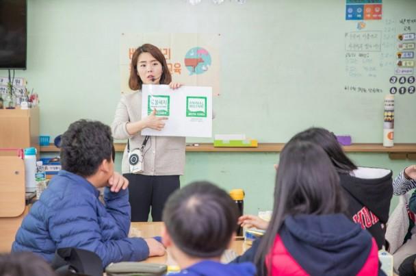 어린이 동물복지 교육 전문 강사가 학생들에게 동물복지 인증마크를 설명하고 있다. 출처=풀무원
