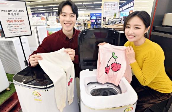 20일 서울 홈플러스 강서점에서 모델들이 삶음 기능을 탑재한 소형 세탁기 '파세코 미니 클린'을 선보이고 있다. 출처=홈플러스