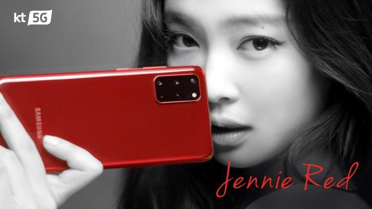 KT 갤럭시 S20 광고모델인 블랙핑크 제니가 갤럭시 S20을 소개하고 있다. (TV 광고 스틸컷) [사진=KT]