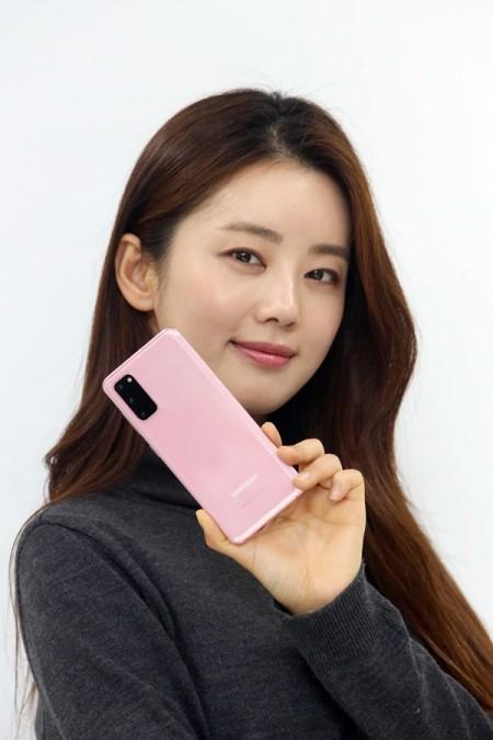 모델이 갤럭시S20 클라우드 핑크를 소개하고 있다. [사진=LG유플러스]