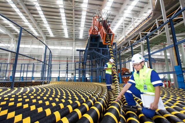 LS전선 강원도 동해시 해저 케이블 공장 모습. 직원들이 생산 제품을 점검하고 있다.