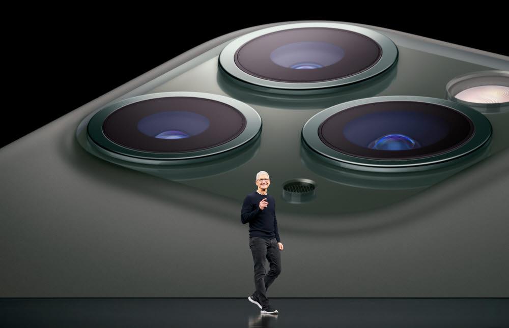 지난해 9월 행사에서 팀 쿡 애플 CEO가 아이폰11을 소개하고 있는 모습(자료: 애플)
