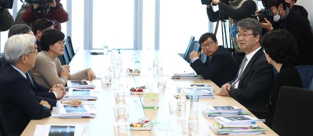 김지형 위원장(오른쪽 두번째) 등 삼성 준법감시위원회 위원들이 서울 서초동 삼성생명 서초타워 사무실에서 회의를 진행하고 있다.