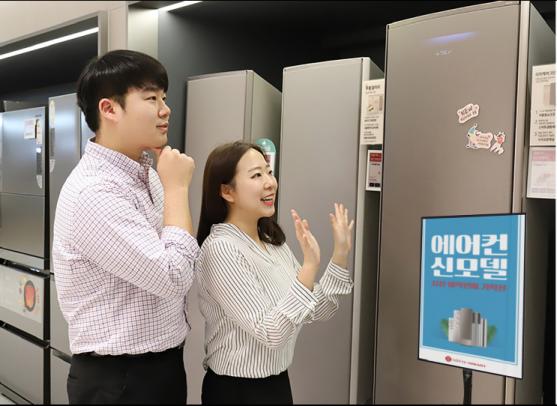 롯데하이마트 메가스토어 잠실점에서 고객들이 2020년형 에어컨 신모델을 살펴보고 있다. 출처=전자랜드