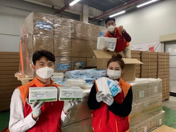SK하이닉스 직원들이 중국 우시시 정부가 보내온 코로나19 방역 마스크를 들어 보이고 있다.