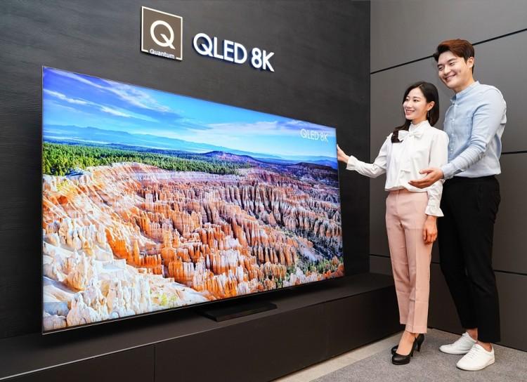 삼성전자 모델이 삼성 프리미엄 스토어 갤러리아 광교점에서 2020년형 QLED 8K TV 85형 QT950S 신제품을 소개하고 있다. [사진=삼성전자]