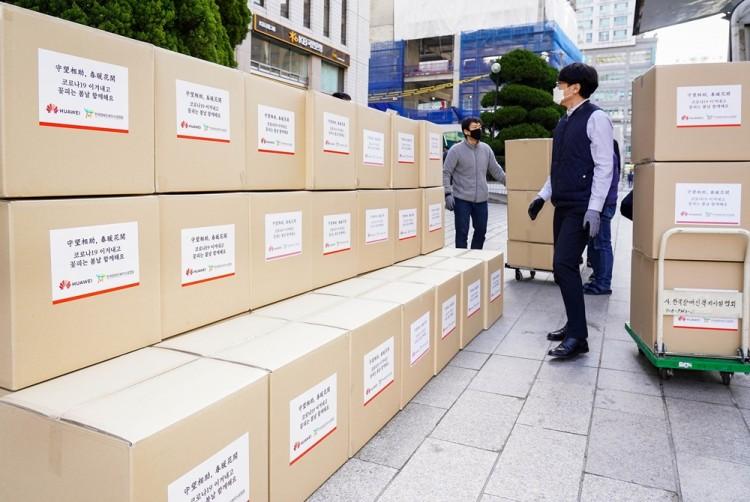 한국화웨이가 20일 오전 한국장애인복지시설협회에 마스크 10만장을 전달하고 있다. [사진=한국화웨이]