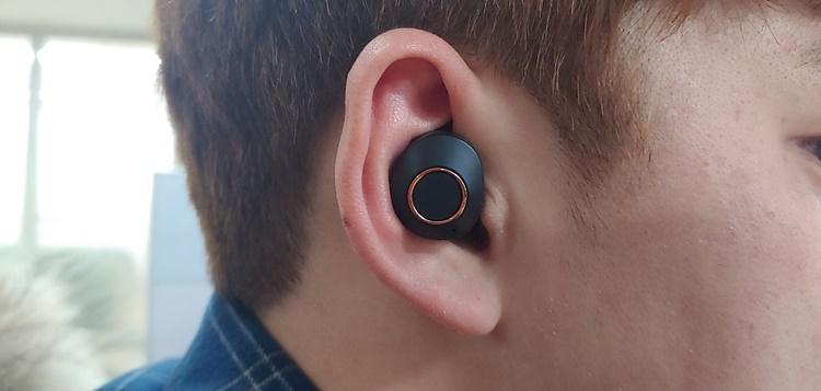 이노 777의 블루투스 무선이어폰을 귀에 착용한 모습