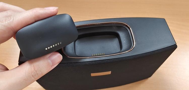 이어폰 케이스와 스피커를 도킹하려면 핀 위치를 정확히 맞춰야 한다.