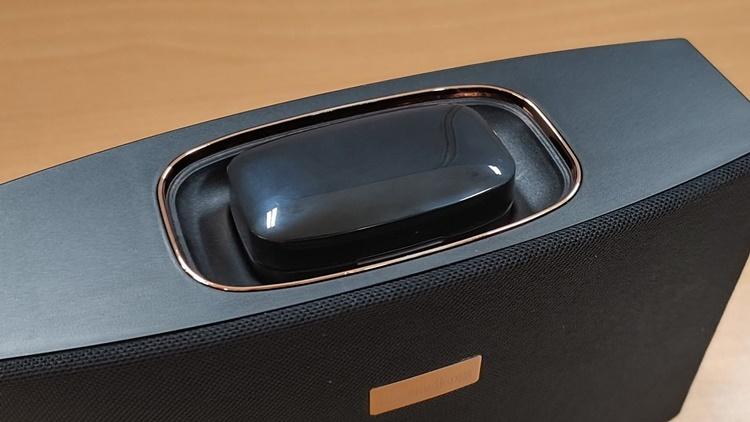 이어폰 케이스 배터리는 스피커를 사용하지 않을 경우, 스피커 배터리로부터 전력을 공급받을 수 있다.