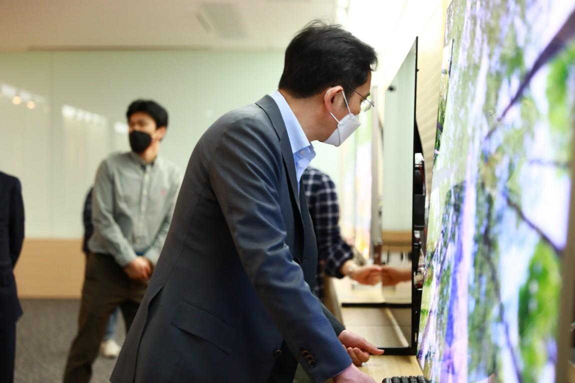 이재용 삼성전자 부회장이 19일 삼성디스플레이 아산사업장을 방문해 제품을 살펴보고 있다. [사진=삼성전자]