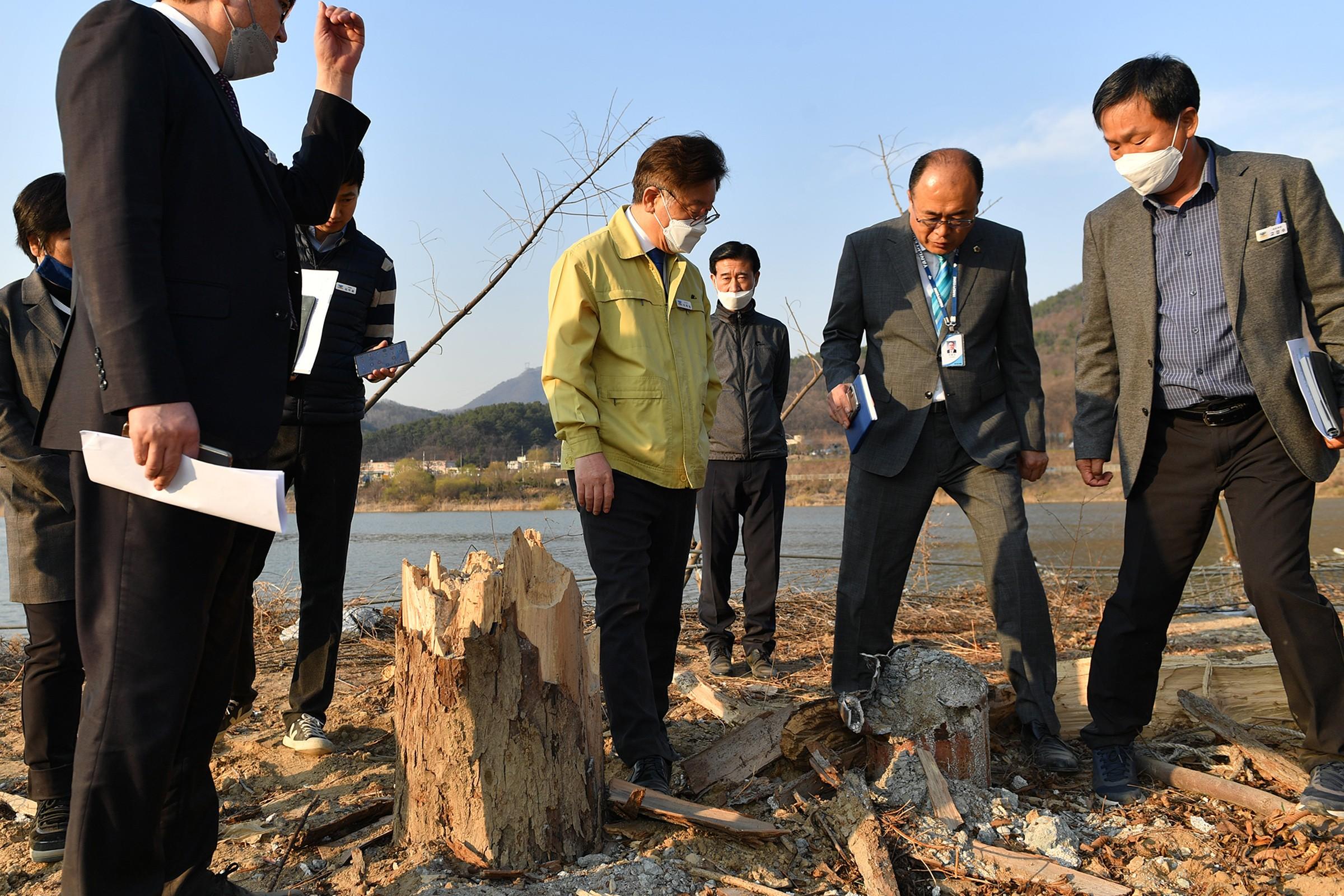이재명 경기도지사가 24일 양평 거북섬 하천·계곡 불법시설물 철거 현장 점검에 나섰다.(경기도청 제공)