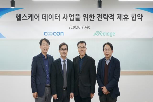 김종현 쿠콘 대표(왼쪽 두번째)와 김강형 메디에이지 대표(왼쪽 세번째)가 협약 체결 후 기념촬영을 하고 있다
