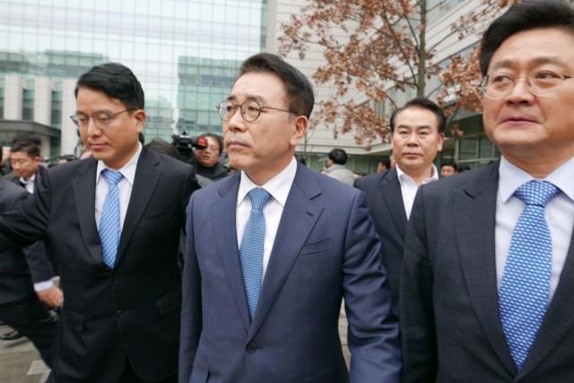 조용병 신한금융 회장(가운데)이 지난 1월22일 서울 동부지방법원에서 열린 1심에서 징역6월에 집행유예 2년을 선고 받은 뒤 청사를 나오고 있다. 출처=뉴스1