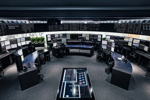 Hyundai Capital became the first South Korean financial company to apply and operate its package-based system through its American corporation.  Above picture is a picture of the inside of Hyundai Capital America's control center.