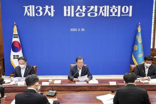 문재인 대통령이 30일 청와대 본관에서 열린 3차 비상경제회의에서 모두 발언을 하고 있다.