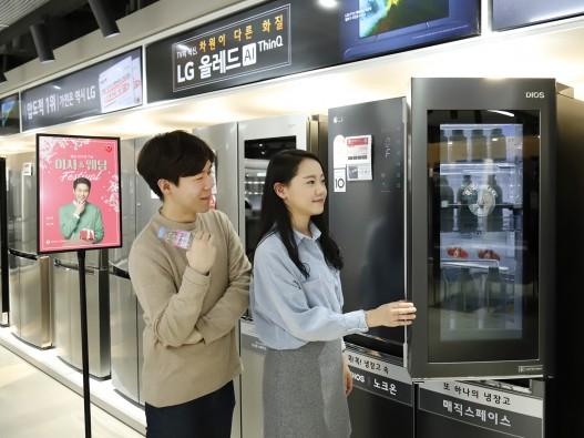 롯데하이마트 메가스토어 잠실점을 방문한 고객들이 상품을 살펴보고 있다. 출처=롯데하이마트