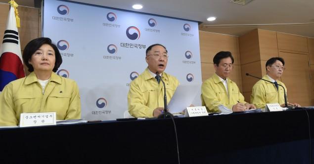 홍남기 경제부총리 겸 기획재정부 장관(왼쪽 두번째)가  8일 열린 4차비상경제회의 결과 내용을 발표하고 있다.