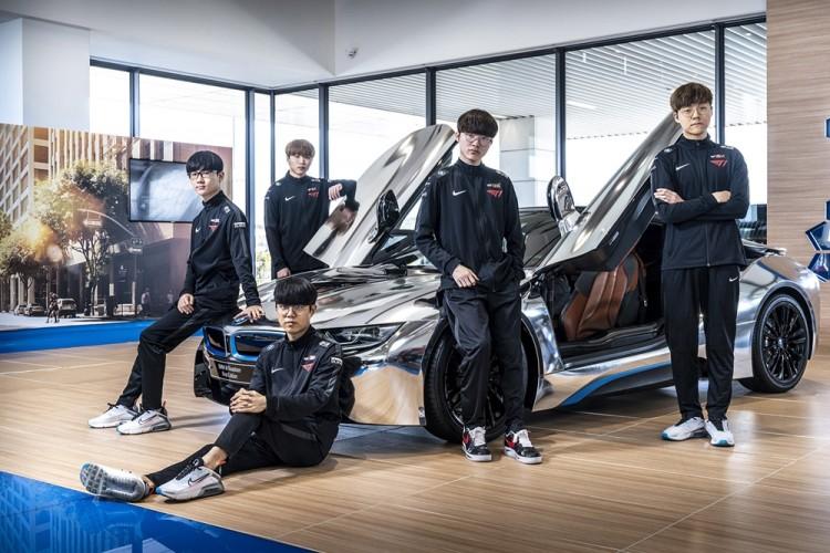 SK텔레콤 T1 LoL팀 선수들이 인천 영종도 BMW드라이빙센터에서 BMW 최신형 차량 앞에서 포즈를 취하고 있다. 사진(1) 가운데 '페이커' 이상혁 선수 [사진=SK텔레콤]