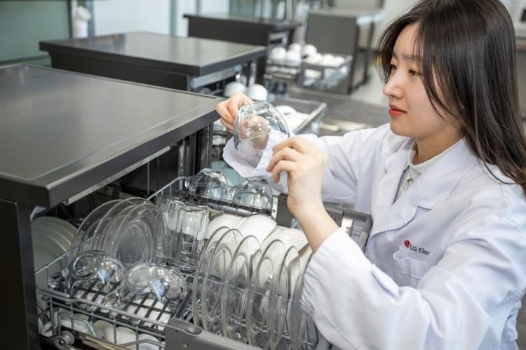 LG전자 연구원이 세척을 마친 깨끗한 그릇을 살펴보고 있다. [사진=LG전자]