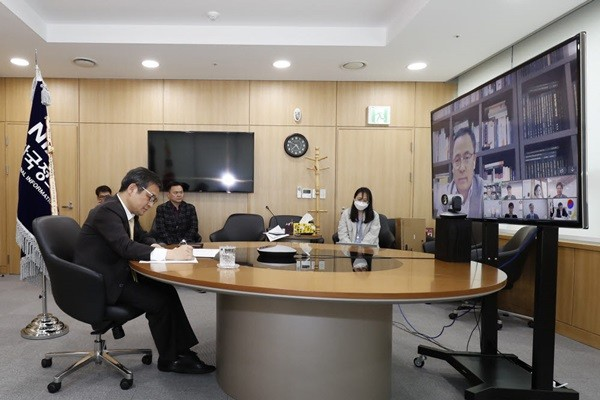 The Electronic Times and National Information Society Agency held Post Coronavirus Era, Digital Government Innovation Symposium through a video conference.  President Moon Yong-shik of NIA (far left) is listening to a comment made by a participant who accessed the symposium through a video conference at NIA's head office in Daegu.  (Reference: NIA)