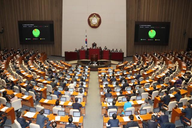 국회가 30일 새벽 본회의를 열고 12.2조원 규모의 2차 추경안을 의결하고 있다.