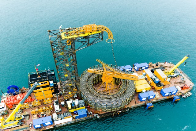 LS전선이 2017년 미국 첫 해상풍력단지(로드아일랜드주 앞바다)에 해저 케이블을 포설하고 있다.
