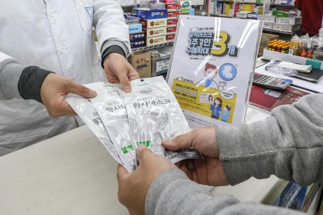 공정마스크 구매가 지난 4월 27일부터 1인 3매로 허용된 데 이어, 이달 18일부터는 대리구매가 가능해졌다. 출처=뉴스1