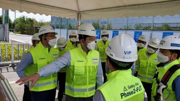 이재용 부회장이 중국 산시성에 위치한 삼성전자 시안반도체 사업장을 찾아 현장을 점검하고 있다. [사진=삼성전자]