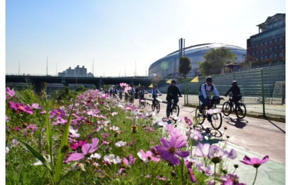 2019년 사행산업 건전화 평가에서 우수성과로 선정된 '마음 따라가는 자전거 길' 프로그램에 참가한 청소년들이 자전거를 타고 안양천에서 라이딩을 하고 있다.