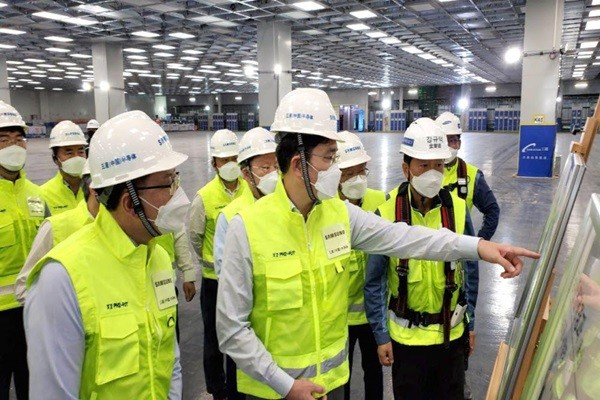 Vice-Chairman Lee visited the Xian plant and conducted an on-site inspection.  He is the first non-Chinese executive to visit China since the COVID-19 crisis broke out.  President Jin Kyo-young of Samsung Electronics Memory Business Department, President Park Hak-kyu who is the head of DS Division's Management Support Office and President Hwang Deuk-kyu of Samsung China accompanied Vice-Chairman Lee.