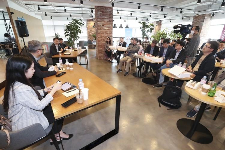 구현모 대표가 세미나 참석한 국내 벤처 캐피탈 경영진들과 의견을 주고 받고 있다. [사진=KT]