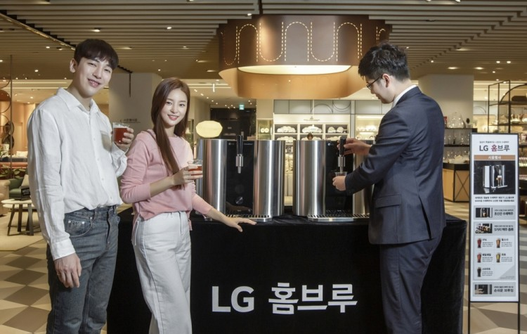 모델들이 지난 15일 신세계백화점 명동본점에서 'LG 홈브루' 시음행사를 참여하고 있다. [사진=LG전자]